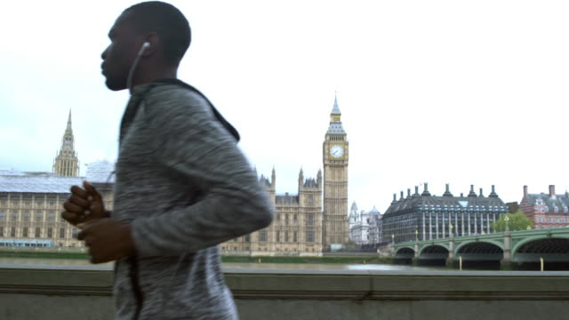 laufen in london - big ben stock-videos und b-roll-filmmaterial