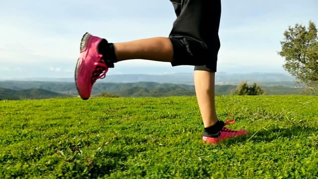löpning i bergen - profil sedd från sidan bildbanksvideor och videomaterial från bakom kulisserna