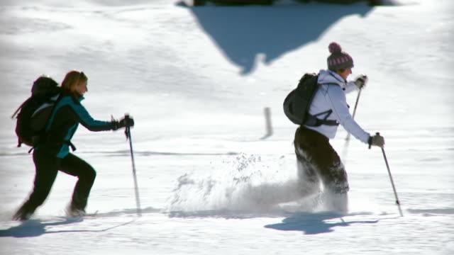 vídeos y material grabado en eventos de stock de apk correr en la nieve con snowshoes - corredora de footing