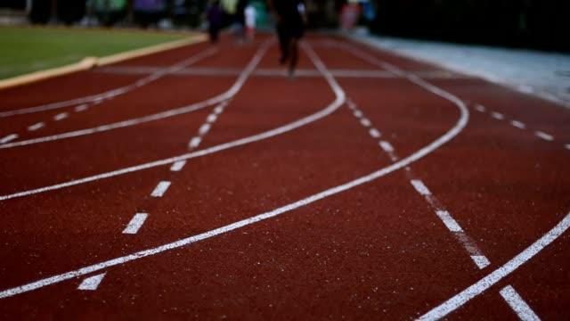 vídeos y material grabado en eventos de stock de corriendo en el estadio por la noche - triatlón