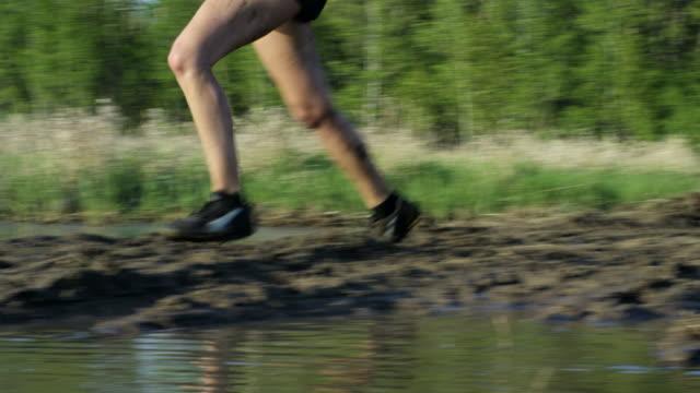 泥の中を実行します。 - 障害物コース点の映像素材/bロール