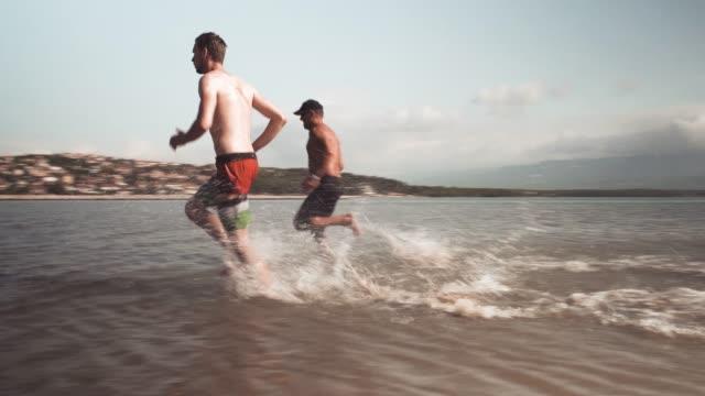 vídeos de stock e filmes b-roll de running in the water - masculinidade moderna