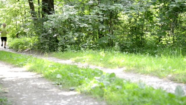 ランニングの森 - アスレチック点の映像素材/bロール