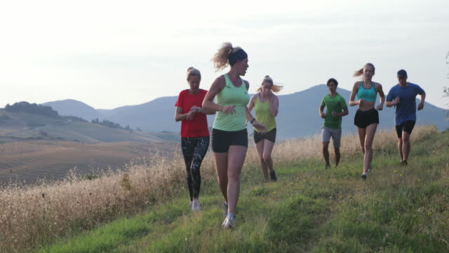 vídeos de stock, filmes e b-roll de correndo na toscana - instrutor de fitness