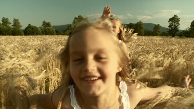 stockvideo's en b-roll-footage met hd slow-motion: running in wheat - meisjes