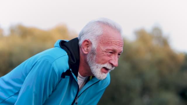 laufen ist anstrengend - aktiver senior stock-videos und b-roll-filmmaterial