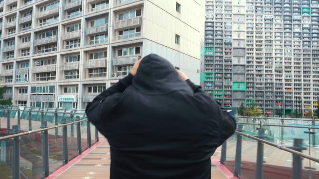 stockvideo's en b-roll-footage met running man - shirt met capuchon