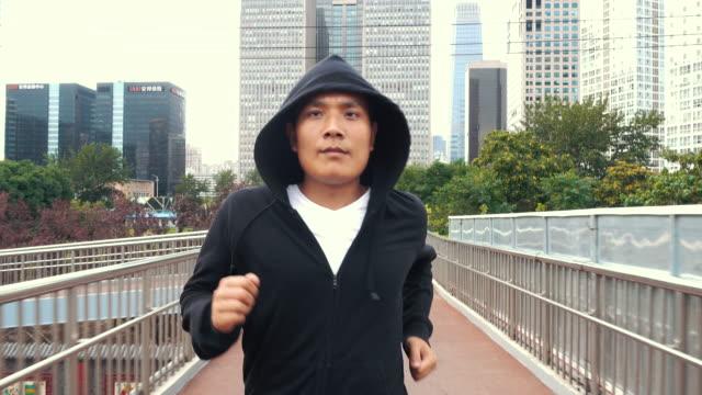 running man - ostasiatischer abstammung stock-videos und b-roll-filmmaterial