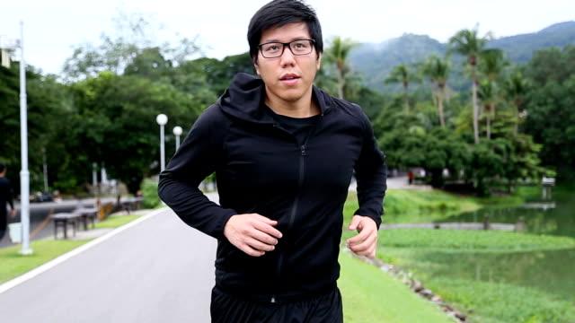 vidéos et rushes de running homme  - activité