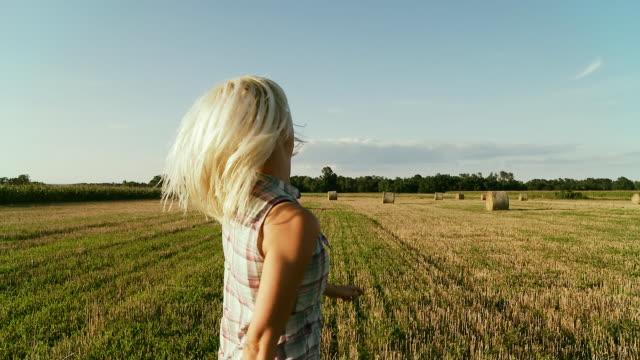 hd 安定した写真: ランニング、フィールドの干し草ベイルズ - 充足感点の映像素材/bロール