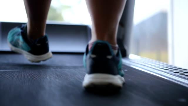 vídeos de stock, filmes e b-roll de funcionamento em uma escada rolante - atividade