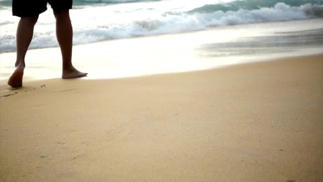 vídeos de stock e filmes b-roll de running on beach - pé humano