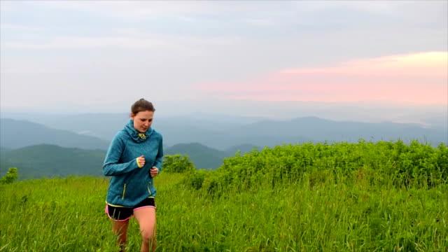ランニングの山トップの日の出 - アスレチック点の映像素材/bロール