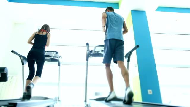 DOLLY: Läuft auf Laufband im Fitness-Center