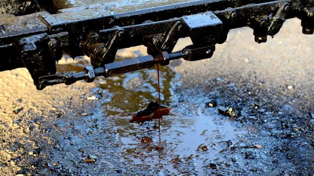 vídeos de stock, filmes e b-roll de corrida de óleo - vazamento de óleo