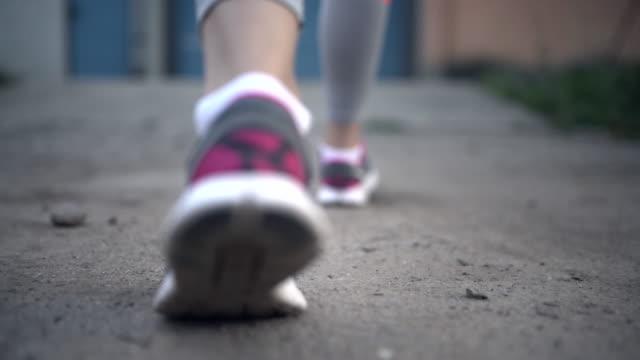 vídeos de stock, filmes e b-roll de calçado para corrida - tênis calçados esportivos