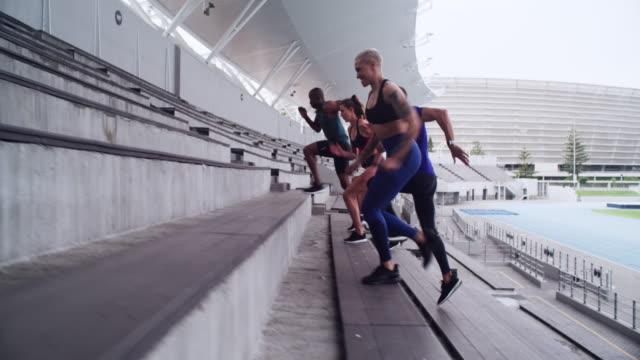 階段を走るのは難しいかもしれませんが、それはウィンウィンのワークアウトです - ランニングトラック点の映像素材/bロール