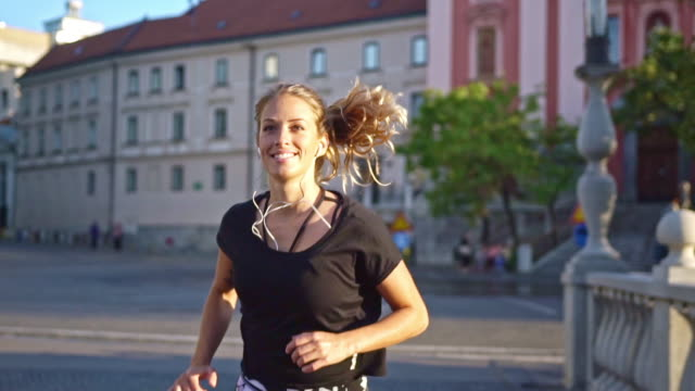 running through city - coda di cavallo video stock e b–roll