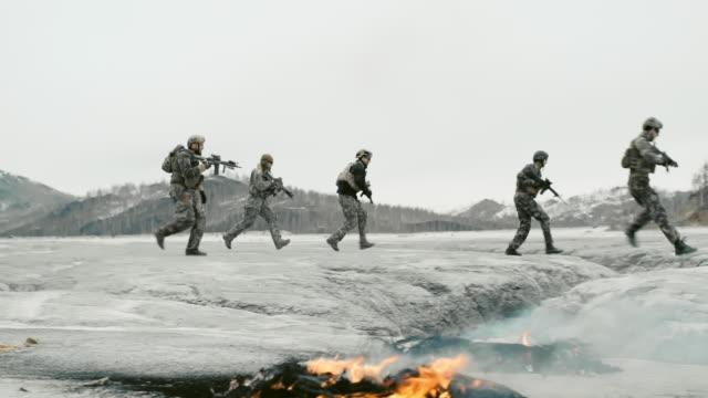 vidéos et rushes de running to fight - cinq personnes
