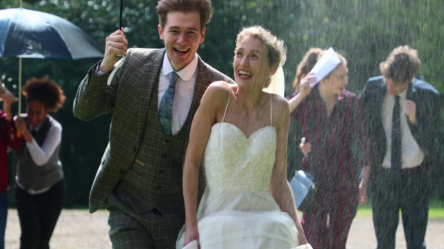 vidéos et rushes de courir vers de nouveaux départs - couple marié