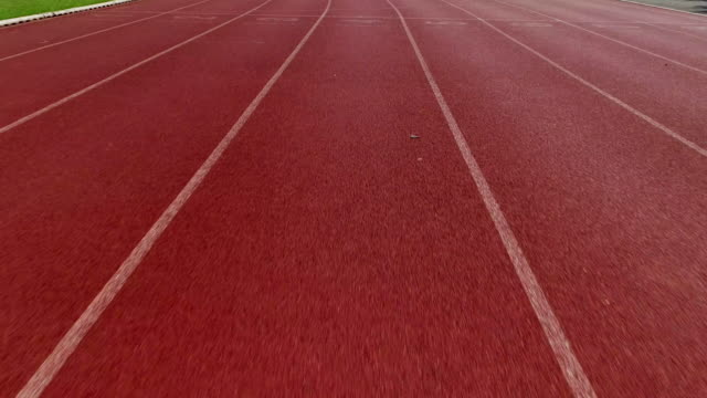 running track. aerial drone view looking vertically down. - pista di atletica leggera video stock e b–roll