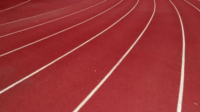 陸上競技場、色では、オレンジ レンガ、ドローンでハイアングルです。 - 陸地点の映像素材/bロール