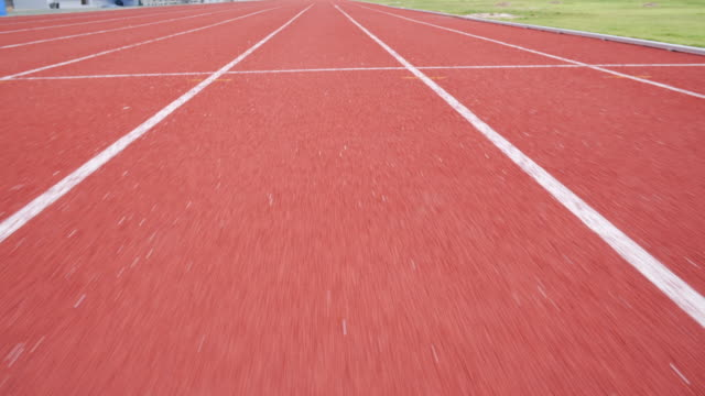 running track - pista di atletica leggera video stock e b–roll