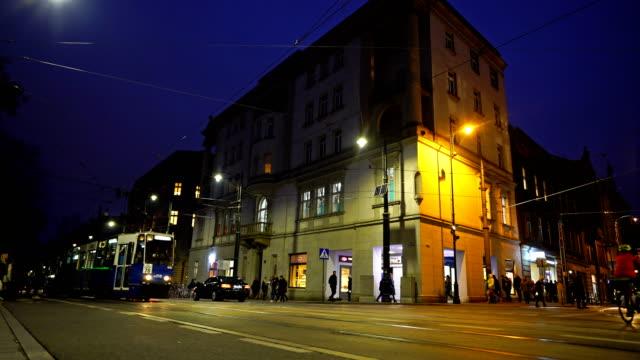 vídeos de stock e filmes b-roll de running trams in city center of krakow - autocarro elétrico