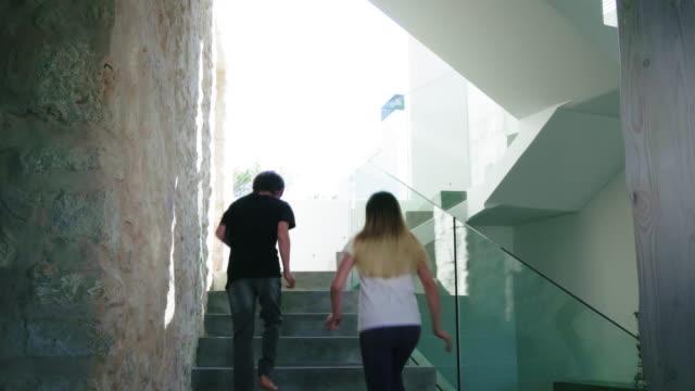 stockvideo's en b-roll-footage met running up stairs - 12 13 jaar