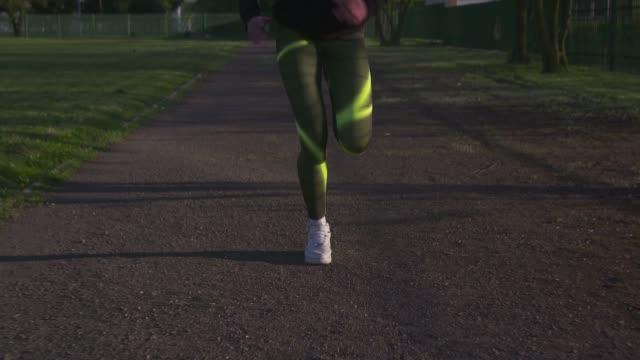 vídeos de stock e filmes b-roll de running - roupa desportiva