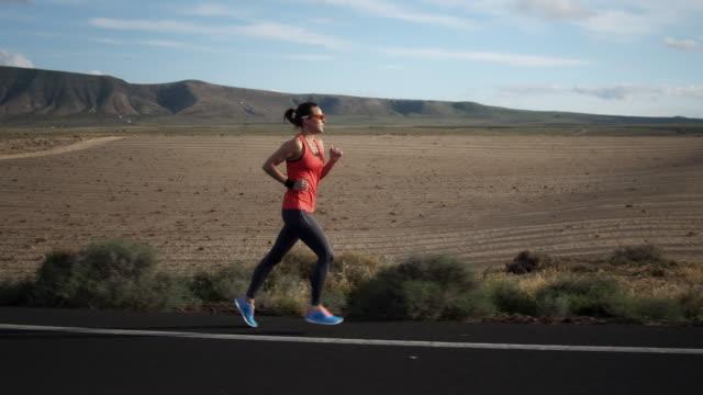 vídeos de stock, filmes e b-roll de de corrida - triatleta