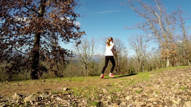 running - joggerin stock-videos und b-roll-filmmaterial
