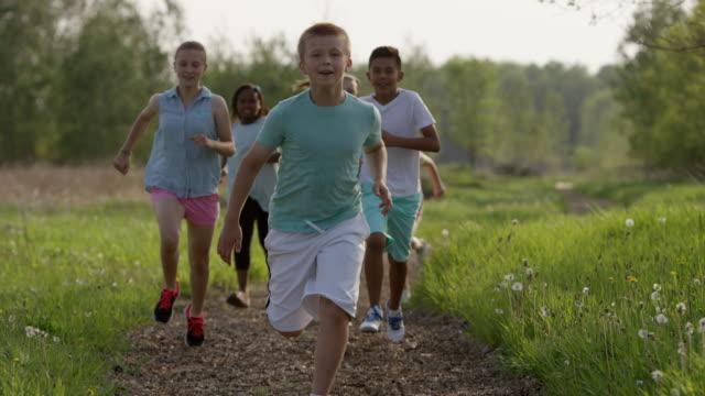 vídeos de stock e filmes b-roll de correr com os seus amigos - 10 11 anos