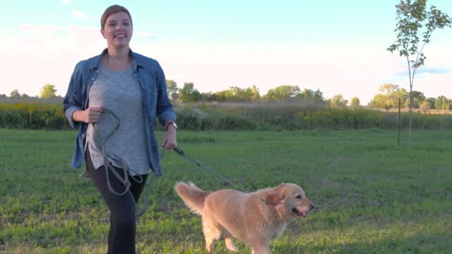 vídeos de stock e filmes b-roll de running with my pet dog - trela de animal de estimação