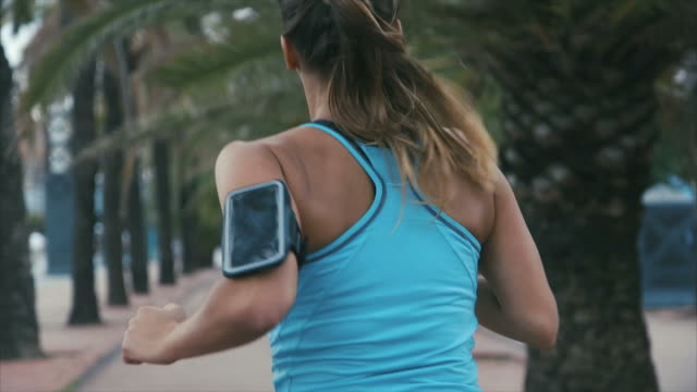 vídeos de stock e filmes b-roll de running with smart phone - correr