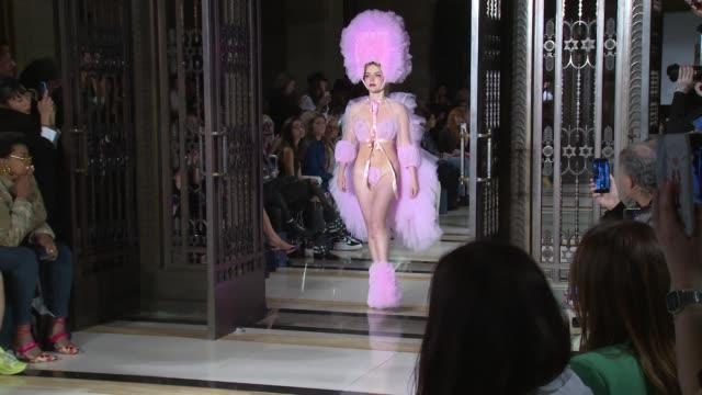 vidéos et rushes de runway at freemasons hall on september 14 2018 in london england - semaine de la mode de londres
