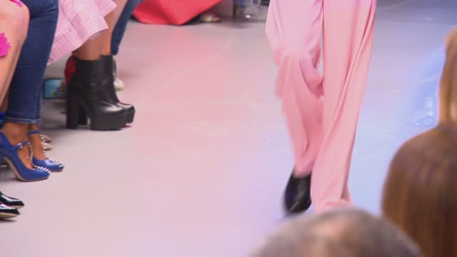vídeos y material grabado en eventos de stock de runway at giles deacon ss15 at the dairy on september 13 2014 in london england - 2014