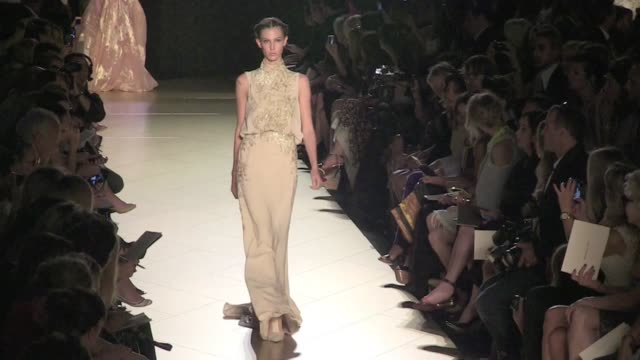 vidéos et rushes de runway of the elie saab haute couture fashion show in paris elie saab haute couture fashion show_runway on july 04 2012 in paris france - semaine de la mode
