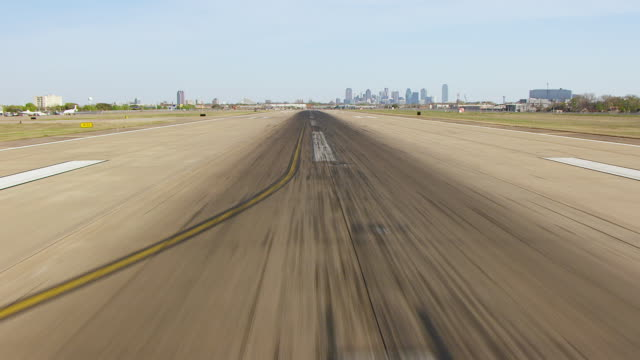 cu aerial runway to reveal of downtown dallas / dallas, texas, united states - 滑走路点の映像素材/bロール