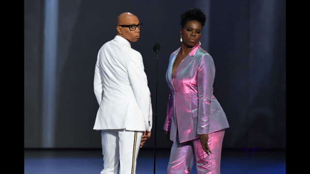 vídeos de stock, filmes e b-roll de rupaul and leslie jones pose onstage during the 70th emmy awards at microsoft theater on september 17 2018 in los angeles california on september 17... - 70th annual primetime emmy awards