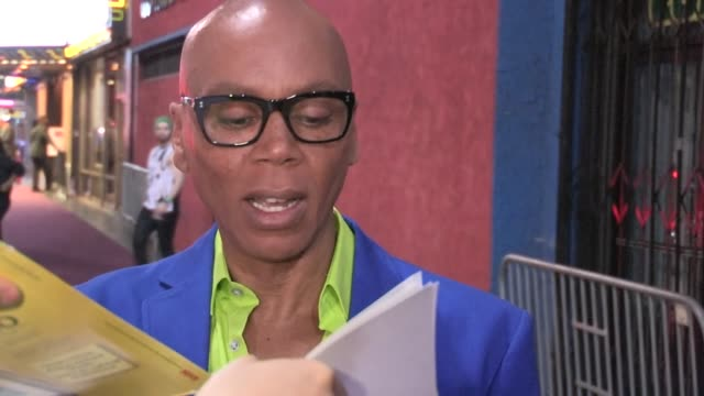 vidéos et rushes de rupaul greets fans while departing the henry fonda theatre in hollywood, 04/13/13 - henry fonda theatre