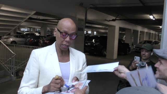 stockvideo's en b-roll-footage met rupaul signs autographs for fans outside susanne bartsch on top premiere at arclight cinemas in hollywood in celebrity sightings in los angeles - signeren