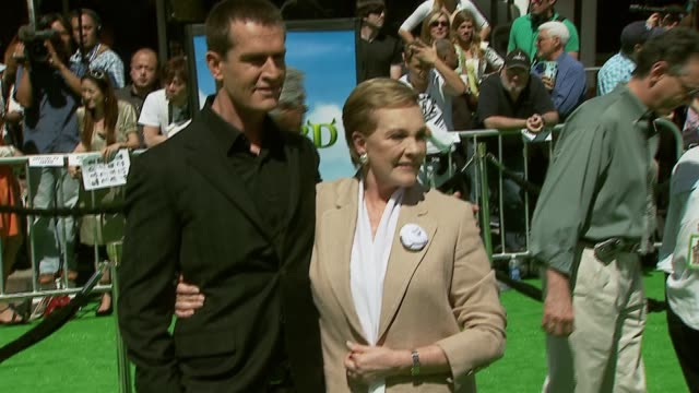 stockvideo's en b-roll-footage met rupert everett and julie andrews at the 'shrek the third' premiere at the mann village theatre in westwood california on may 6 2007 - rupert everett