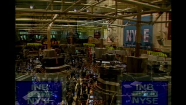 vidéos et rushes de rupert murdoch acquires wall street journal owner dow jones; int people applauding inside the new york stock exchange general view of the trading... - bourse de new york