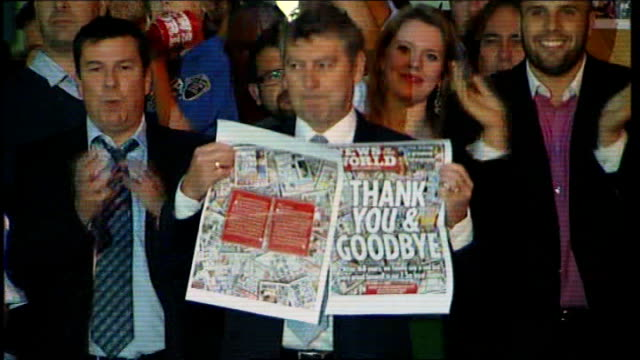 rupert murdoch launches 'sun on sunday' newspaper r09071106 wapping colin myler posing with final copy of newspaper as staff cheer sot - itv weekend lunchtime news点の映像素材/bロール