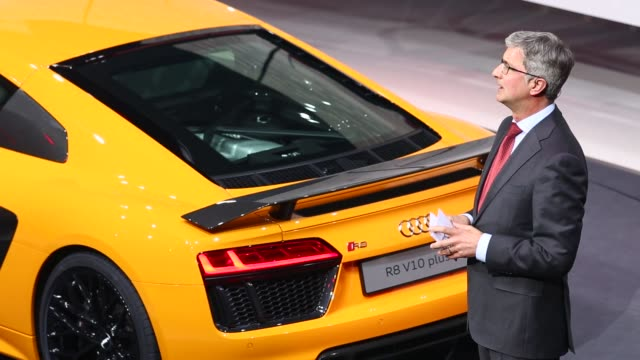 vídeos de stock e filmes b-roll de rupert stadler chief executive officer of audi stands alongside the company's audi r8 v10 plus automobile during its unveiling at volkswagen ag's... - plus key