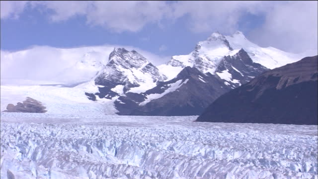 Ruptured and spiky surface of Glaciar Perito Moreno, Andes in distance, Patagonia