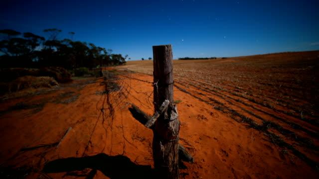 vídeos y material grabado en eventos de stock de lapso de tiempo de noche australiana de campo rural - espacio y astronomía