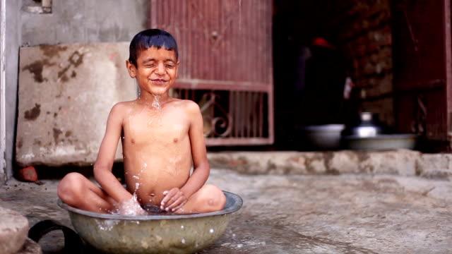 ländliche kind baden - entwicklungsland stock-videos und b-roll-filmmaterial