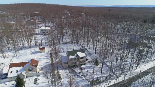en lantlig gemenskap i pocono mountains, appalachian, i pennsylvania. flygfoto på den kalla soliga snöiga vinterdagen. - poconobergen bildbanksvideor och videomaterial från bakom kulisserna